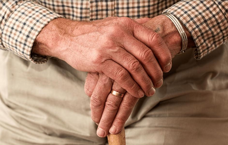 aposentado segurando uma bengala